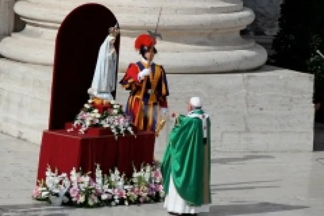 Pope_Francis_entrusts_world_to_Virgin_Mary_Oct_13_Credit_Lauren_Cater_CNA_CNA